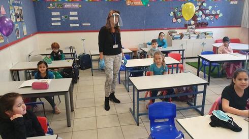 Os alunos da primeira série retornaram às aulas. ( Yariv Katz )