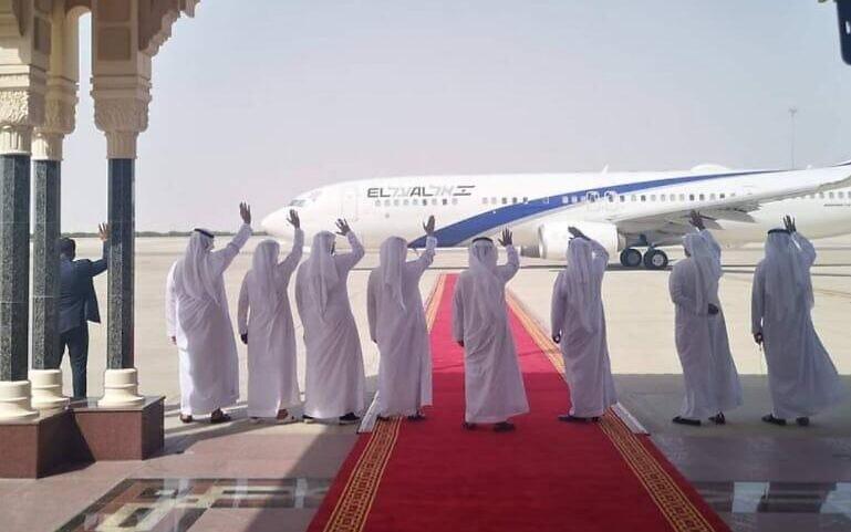 Primeiro voo comercial direto entre Israel e Emirados pousa em Abu Dhabi