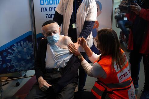 Sobreviventes do holocausto na Europa recebem a vacina no dia da libertação de Auschwitz
