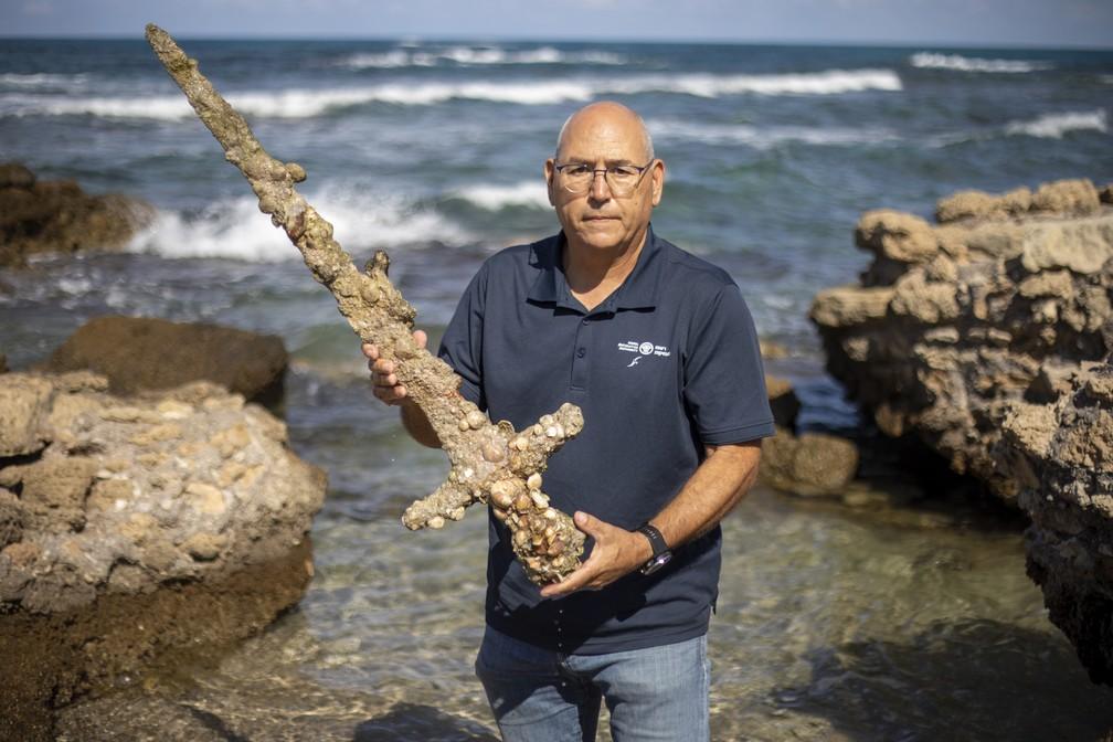 Mergulhador encontra espada das Cruzadas, em Haifa, no sábado (16)